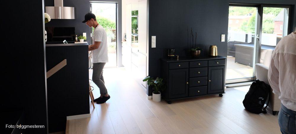 Energirådgiver Stian Fjeld utfører gratis klima- og energirådgivning hos en boligeier.
